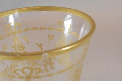 Lot comprenant:  - 1 vase en verre avec monture en métal. H. 13 cm; D. 11 cm  -...