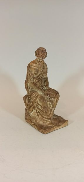 Terre cuite représentant une femme à l'antique....