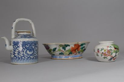 Lot en porcelaine comprenant :  - 1 coupe...