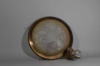 Lot comprenant:  - Suspension en verre blanc à décor de roses D: 35 cm  - Suspension...