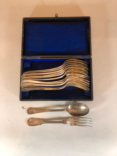 Lot de couverts en métal argenté comprenant :  - 7 cuillères de table  - 7 fourchettes...
