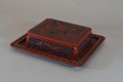 Boite en laque rouge à décor chinois et son...