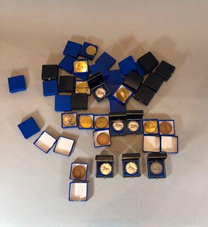 Lot de médailles en métal doré, argenté et...
