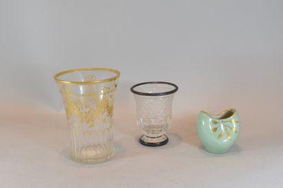 Lot comprenant:  - 1 vase en verre avec monture...