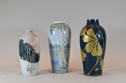 Trois vases en porcelaine à décor de paysage...