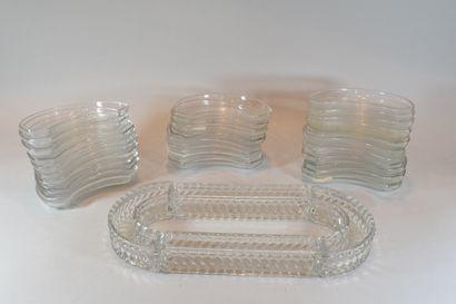 Quatre éléments de surtout de table en cristal blanc moulé à godrons torsés.  On...