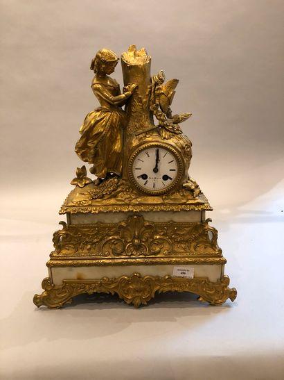 Pendule en bronze doré reposant sur une base...