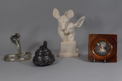 Lot comprenant:  - 2 têtes de faons en porcelaine...