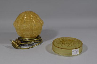 Petite lampe veilleuse et une boite ronde...