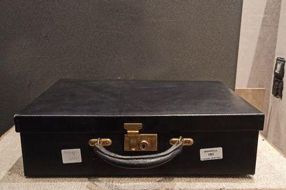 Une malette comprenant un nécessaire de ...