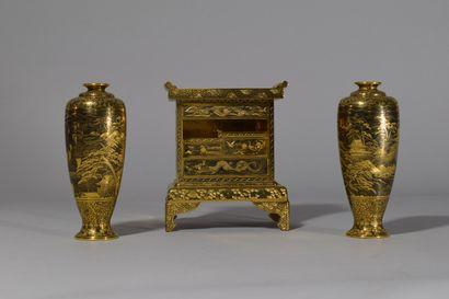 JAPON, Epoque Meiji  Cabinet et deux vases...
