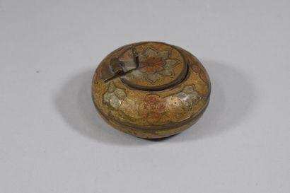 Lot comprenant:  - MAX LE VERRIER: 4 vides-poche en bronze doré, signés. (D: 10...
