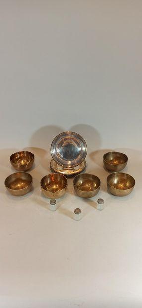 Lot de métal argenté comprenant:  - 3 salières , H.3,5cm  - 6 bols D.10,2cm  - 4...