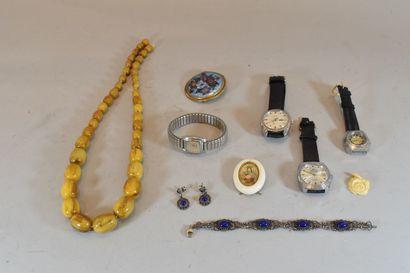 Lot de bijoux fantaisie et montres