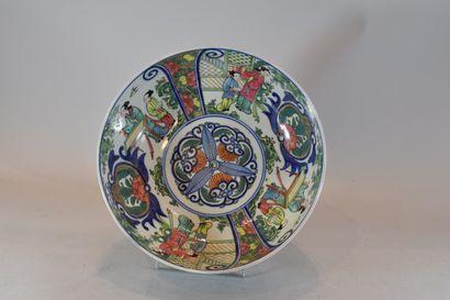 Coupe en porcelaine de chine à décor de personnages...