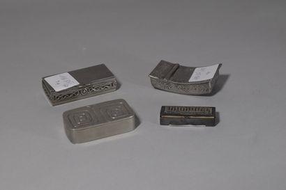 Lot de 4 tabatières en métal argenté. Travail...