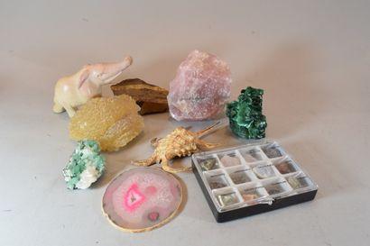 7 boites de minéraux divers de petites tailles...