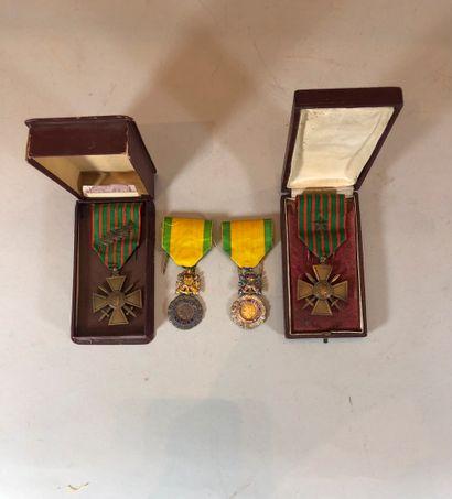 Lot de quatre médailles militaires.  Dans...