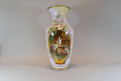 Vase en porcelaine décoré d'une scène