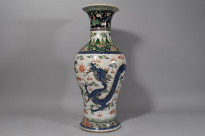 CHINE  Vase en porcelaine à décor émaux polychrome...