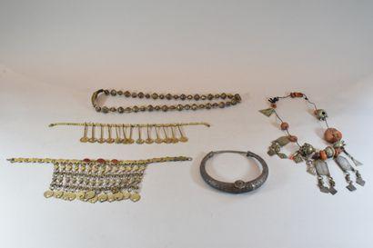 Lot de cinq colliers ethniques en métal ...