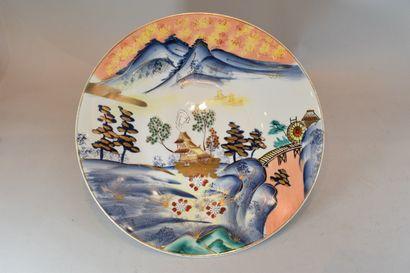 ASIE  Plat rond en porcelaine à décor de...