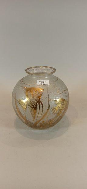 Vase boule en verre à decor doré d'une scène...