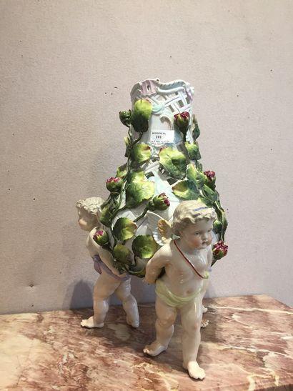 Grand vase en porcelaine CAPODIMONTE  quelques...