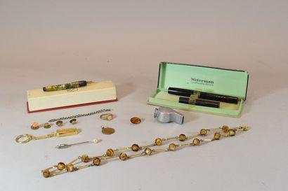 Lot de bijoux fantaisie comprenant un pendentif,...