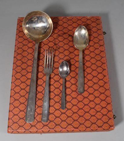 Lot de métal argenté  Service de couverts: 12 cuillères, 12 fourchettes, 1 louche,...