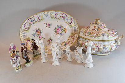 Ensemble de porcelaine comprenant :  - 6...
