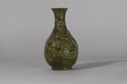 CHINE  Petit vase en céramique vernissée...