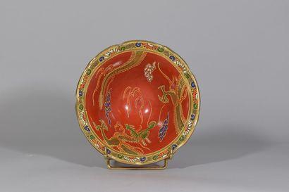 JAPON  Coupe en céramique rouge à décor de...