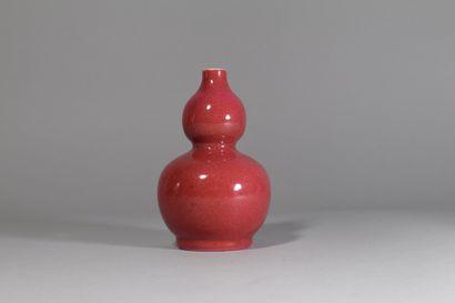 CHINE, XXème siècle,  Petit vase en forme...