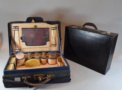 Deux anciennes valises avec nécessaire de...