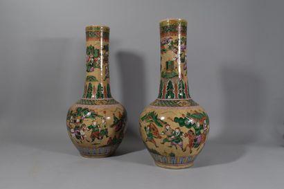 CHINE  Paire de vases Nankin en porcelaine,...