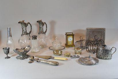 Lot d'objets divers comprenant:  - une boite...
