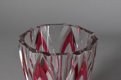 SAINT-LOUIS  Petit vase en cristal teinté rose  H. 18 cm - Diam.: 10 cm