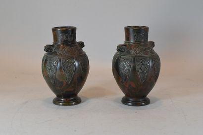 CHINE, Fin XIXe siècle  Paire de vases balustre...