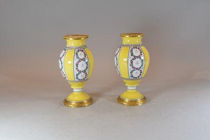 Paire de vases balustres en porcelaine à...