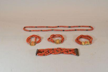 XIXeme SIECLE.  Quatre bracelet et un collier...
