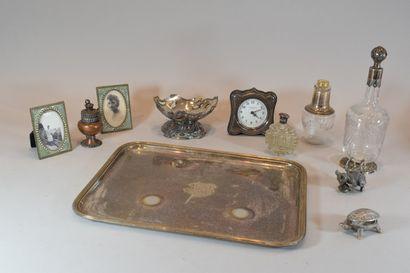 Lot d'objet divers en métal argenté comprenant notamment:  - 1 réveil  - 2 cadres...