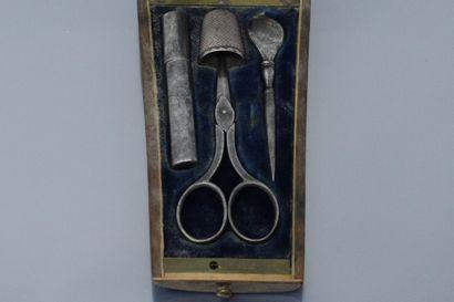 Nécessaire à couture en métal, dans un écrin en palissandre et incrustation de laiton,...