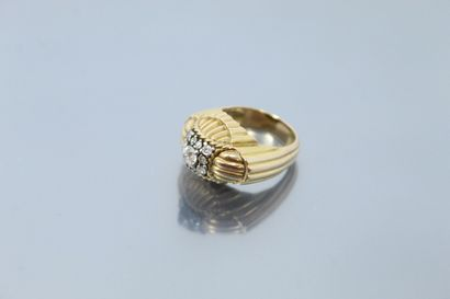 Bague en or jaune 18K (750) et platine godronnée et ornée de diamants taille ancienne...