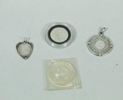 Lot de pièces en argent comprenant :  - 500 francs Mohammed V 1956 montée en pendentif...