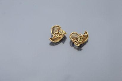 Paire de clips d'oreilles en or jaune 18K (750) ajourés et torsadés, sertis de pierres...
