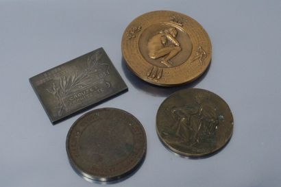 Lot de médailles comprenant :  - une médaille rectangulaire en argent par Arthus...