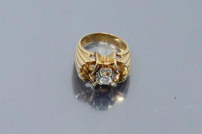 Bague en or jaune 18K (750) ornée d'un diamant demi taille dans une sertissure en...