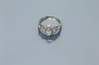 Bague en or gris 18k (750) platine ornée d'un diamant taille ancienne dans un entourage...