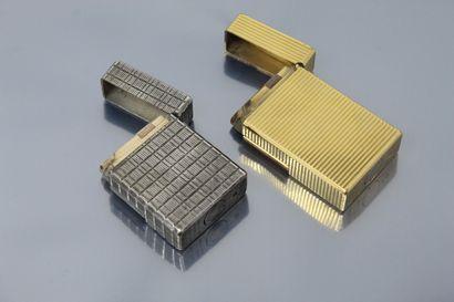 S.T. DUPONT  Lot de deux briquets, l'un en métal argenté, l'autre en métal doré....